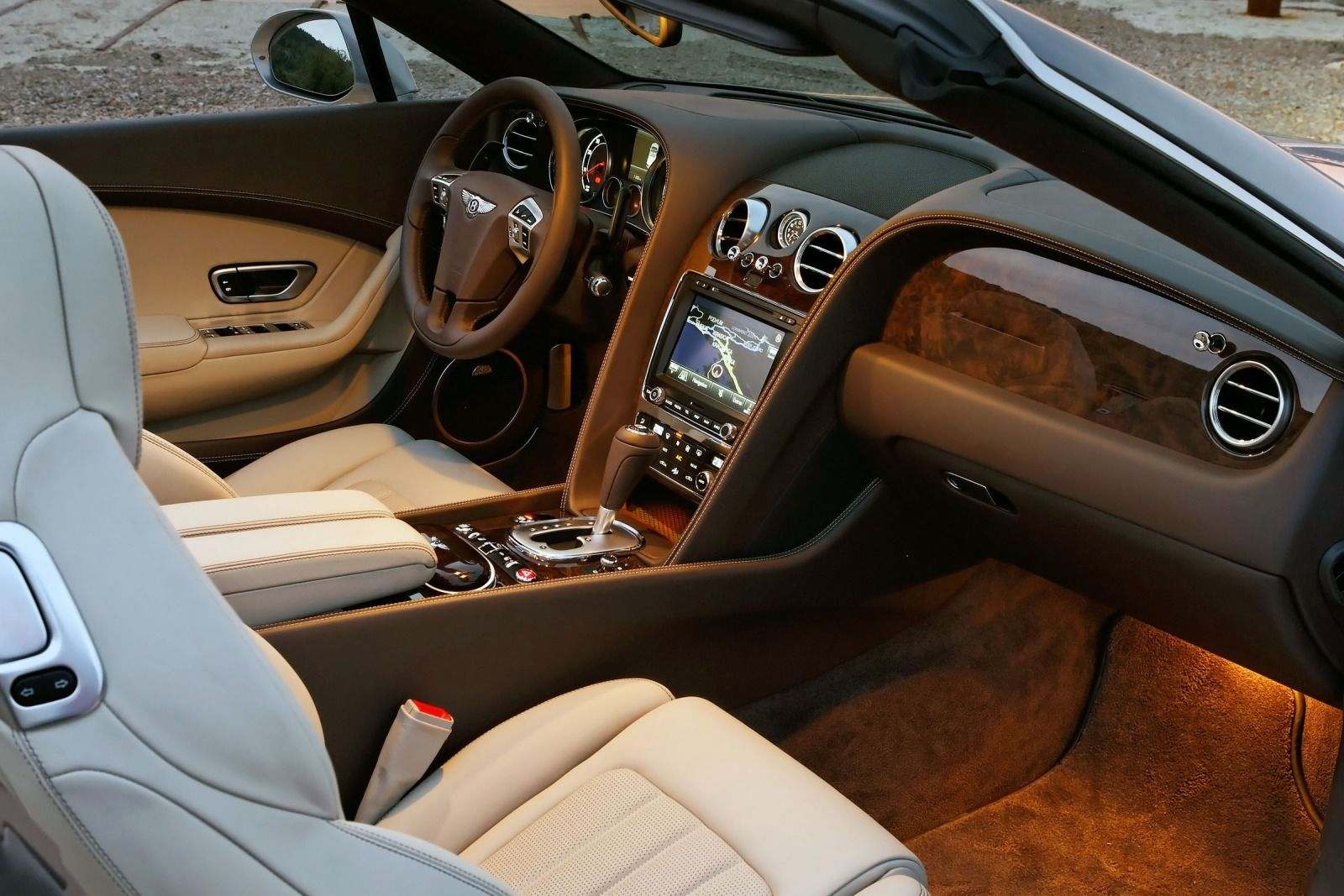 A stunning supercar of Bentley 2015 Continental #7