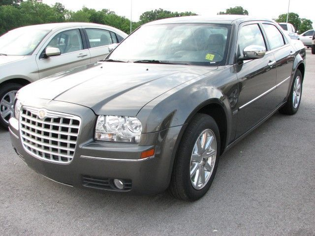 Chrysler 300 Information and photos MOMENTcar