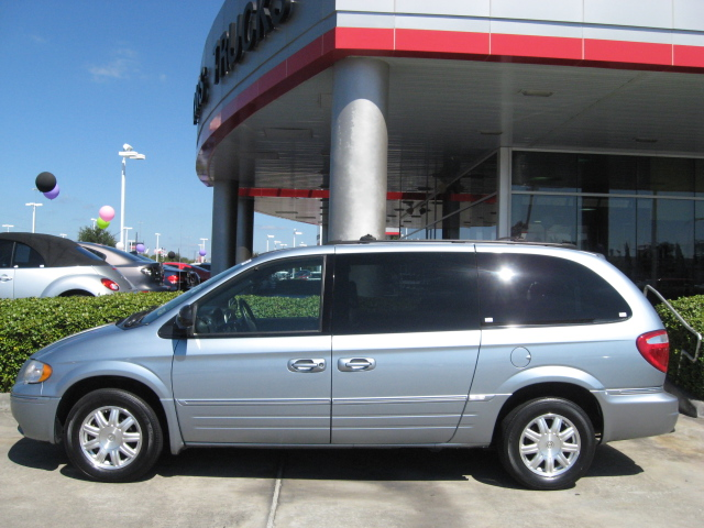 2005 chrysler town and country minivan recalls