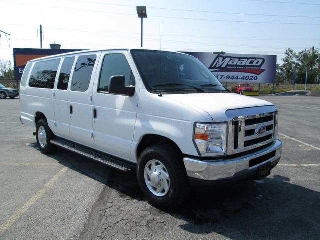 Ford E-350 Custom Club Wagon #24