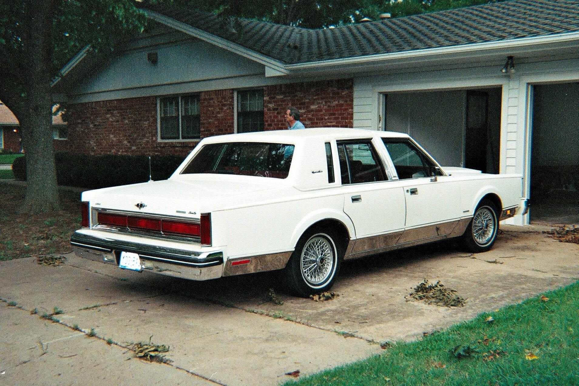 Lincoln Town Car 682px Image 2