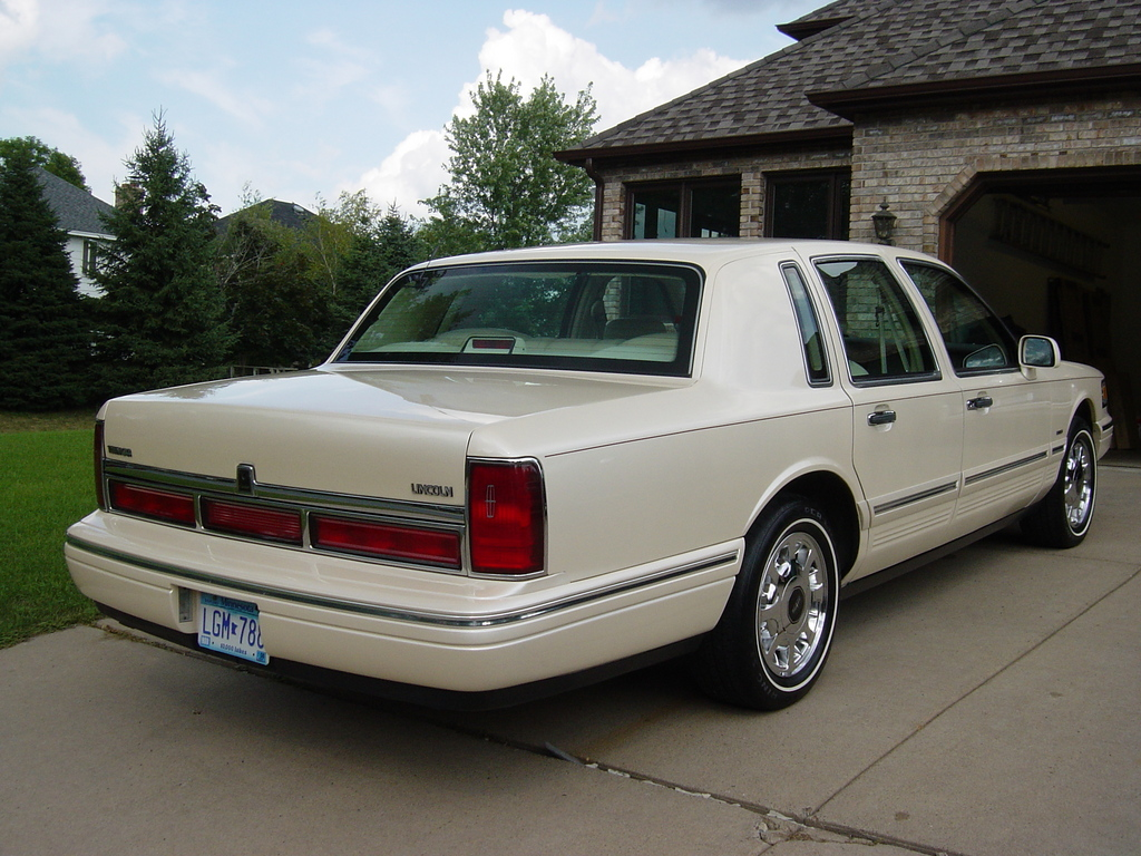 Lincoln Town Car 405px Image 2