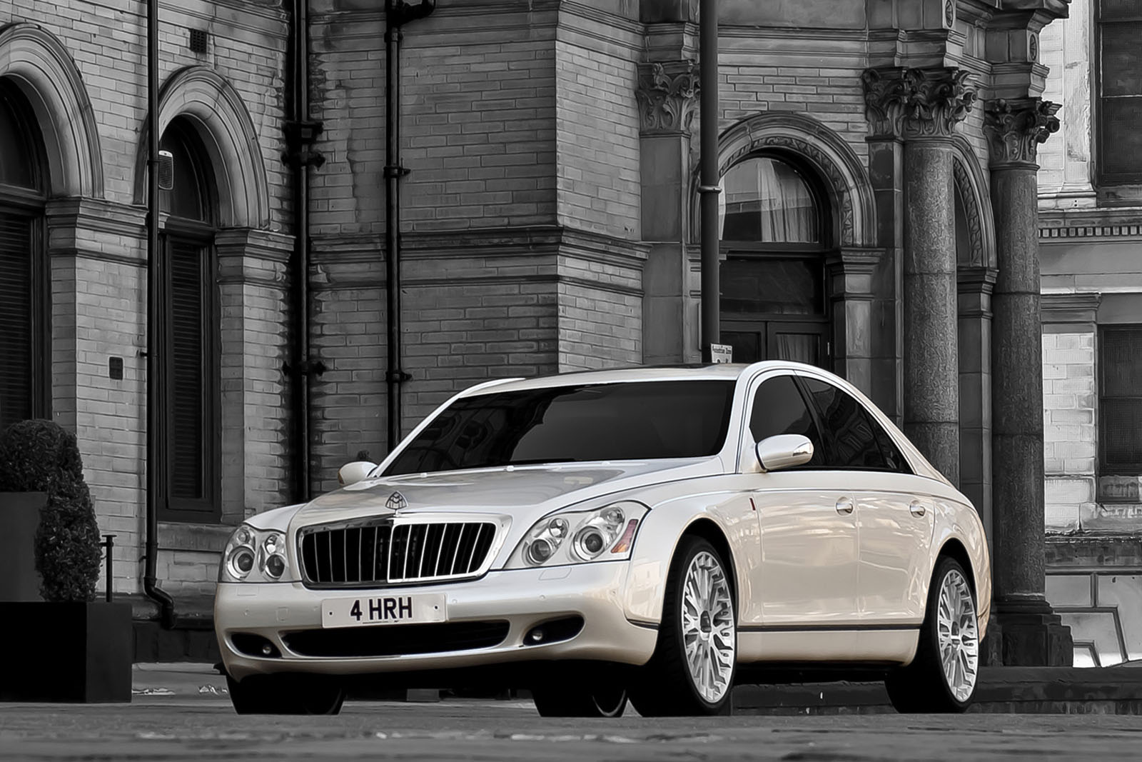 The eternal Beauty of Maybach 2012 57 sedan #10