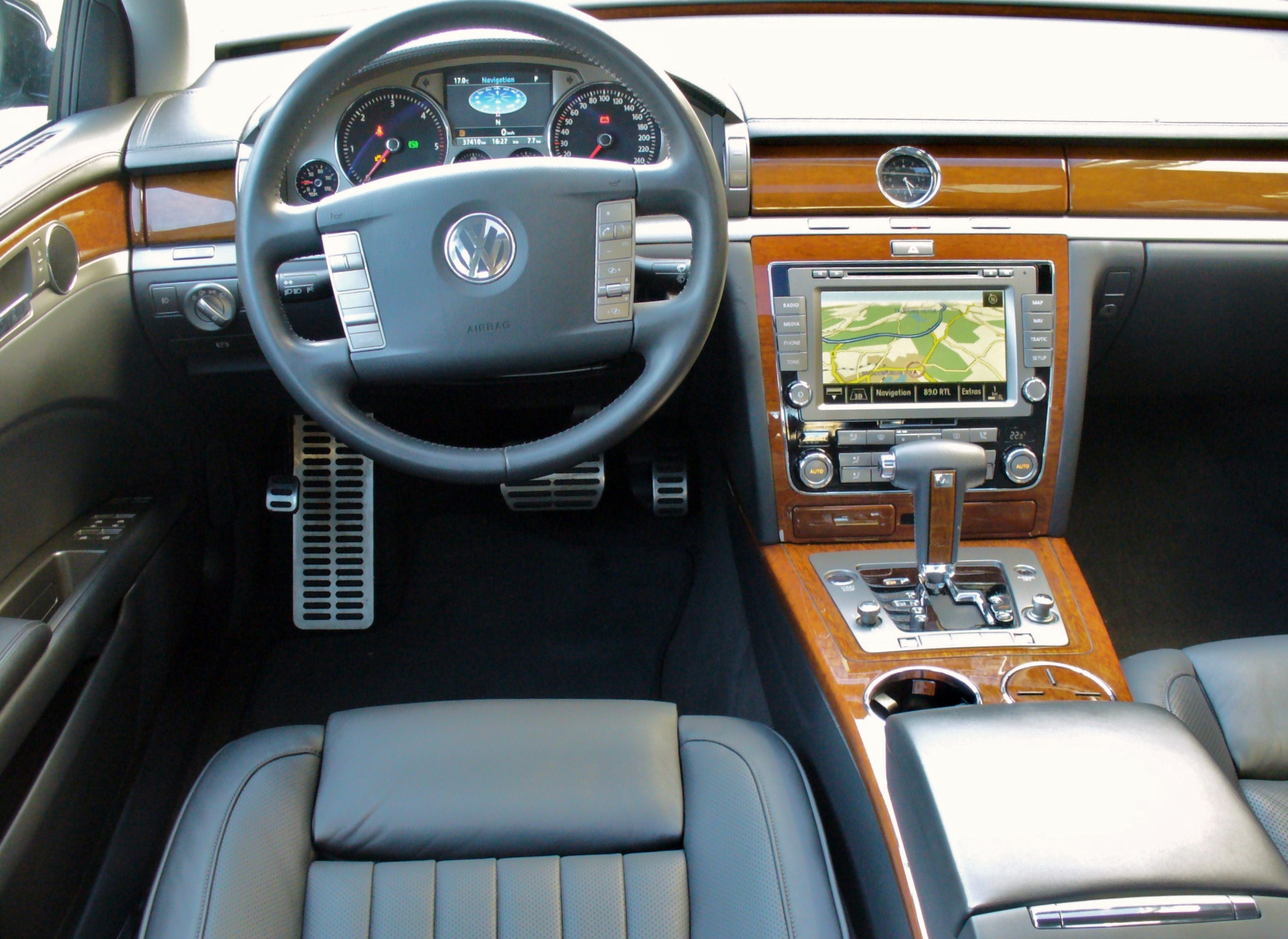 Volkswagen Phaeton - Information and photos - MOMENTcar